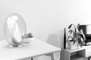 مخترعان ایتالیایی موفق به ساخت گجت هوشمندی شده اند که می تواند برترین نور یعنی نور خورشید را به درون منزل منعکس کند. نور خورشید، یکی از مهمترین عوامل حفظ سلامت انسان است. علاوه بر سلامت جسمانی، علت بروز برخی اختلالات روانی مانند افسردگی نیز می تواند کمبود نور خورشید باشد. استفاده از روشنایی طبیعی یا همان نور روز، ارتباط زیادی با معماری ساختمان دارد و پس از ساخت آن ممکن است گفته شود که کاری از دست ساکنان منزل برنمی آید.     کاربردهای گجت Lucy,گجت هوشمند Lucy,روشن کردن خانه با نور خورشید  گجت Lucy از طراحی کروی و ساده ای برخوردار است که باعث حفاظت بیشتر از آن می شود     گجت جدیدی با نام Lucy تولید شده که روشن ترین نور در بین تمامی نورها یعنی نور خورشید که نوری طبیعی است را به منزل کاربرانش می آورد. گجت Lucy همانند یک آئینه روباتیک خورشیدی بوده که نور را به درون خانه منعکس می کند.     کار کردن با این گجت بسیار ساده بوده و کاربران می توانند Lucy را در مسیر مستقیمی بین نور خورشید و مکانی که نور کافی نداشته، قرار دهند تا نقطه مورد نظرشان روشن شود. سپس Lucy به صورت خودکار حرکت نور خورشید را ردیابی کرده و در تمام طول روز مکانی که تاریک است را روشن می کند.     گجت هوشمند Lucy,کاربردهای گجت Lucy,روشن کردن خانه با نور خورشید  گجت Lucy همانند یک آئینه روباتیک خورشیدی بوده که نور را به درون خانه منعکس می کند     محققان ایتالیایی کمپانی Solenica معتقدند، گجت هوشمند Lucy نه تنها می تواند نور طبیعی را به منزل کاربرانش منتقل کند بلکه از قابلیت کاهش تاثیرات کربنی و میزان گازهای گلخانه ای نیز برخوردار است.  این گجت گوی مانند انرژی مورد نیاز خود را از طریق نور خورشید و به صورت مستقیم دریافت کرده و به برق یا باتری برای تامین انرژی نیازی ندارد. Lucy از طراحی کروی و ساده ای برخوردار است که باعث حفاظت بیشتر از آن می شود.
